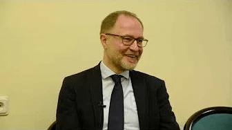 Pētera Apiņa saruna ar Rīgas Stradiņa universitātes Eiropas studiju fakultātes dekānu Andri Sprūdu